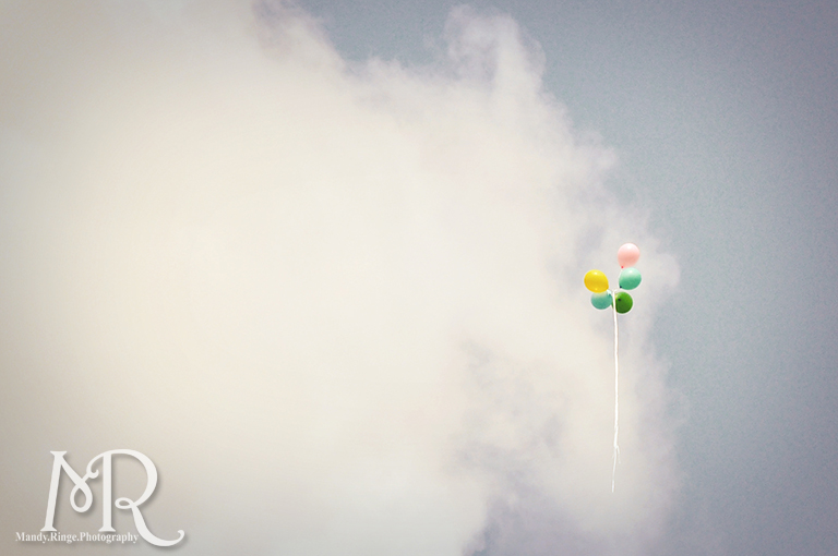 Baloons flying away in the sky // by Mandy Ringe Photography